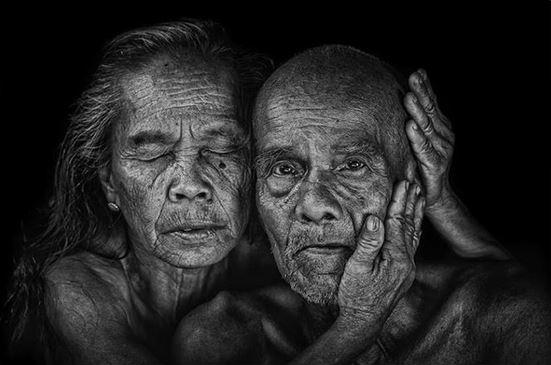 Donna anziana che accarezza un uomo anziano