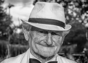 Anziano in bianco e nero con cappello
