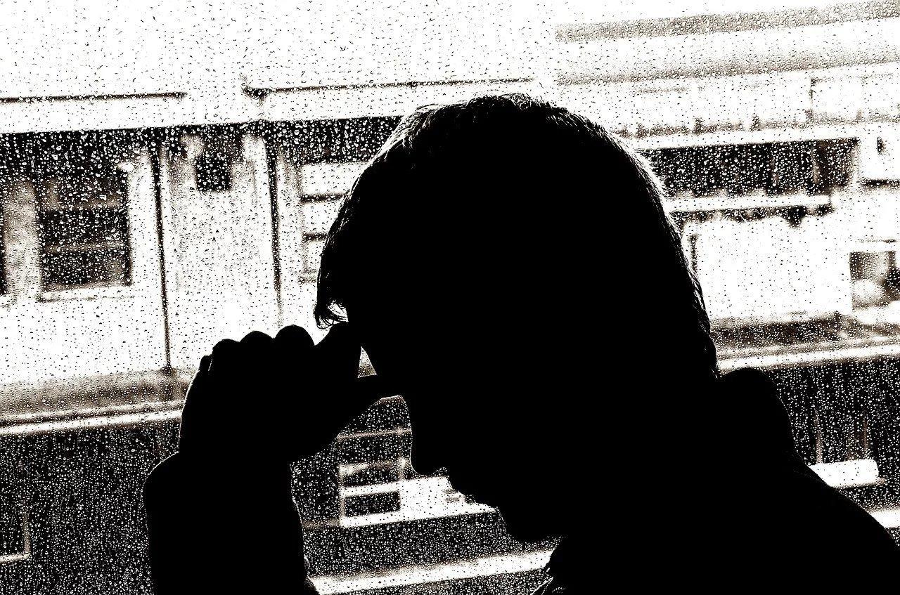uomo alla finestra