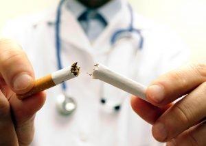 Medico che spezza una sigaretta