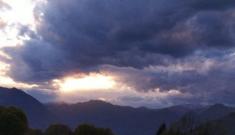 Cielo nuvoloso e montagne a vista